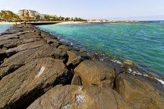 побережье Лансароте гостиницы в Испании и лете Стоковая Фотография