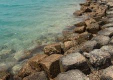 Побережье моря скалистое с чистой водой на дезертированном пляже стоковое изображение rf