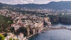 Побережье Неаполь, di Сорренто рояля Пляж меты, взгляд промежутка времени touristic городка в Италии, облаках каникул неимоверных акции видеоматериалы