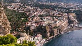 Побережье Неаполь, di Сорренто рояля Пляж меты, взгляд промежутка времени touristic городка в Италии, облаках каникул неимоверных сток-видео