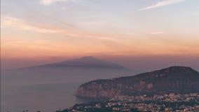 Побережье Неаполь, di Сорренто рояля Пляж меты, взгляд touristic городка в Италии, каникулы промежутка времени в море Европы r сток-видео