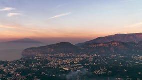 Побережье Неаполь, di Сорренто рояля Vulcano Vesuvio, взгляд touristic городка в Италии, каникулы промежутка времени в море Европ акции видеоматериалы
