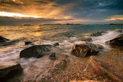 Побережье неба красивого солнца установленное на море в chonburi chabang laem восточном Стоковая Фотография