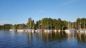 побережье с яхтами yachting Стоковое Изображение