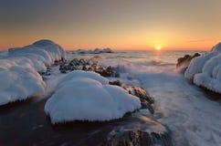 Побережье холодного моря зимы на заходе солнца Стоковая Фотография
