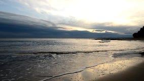 Побережье Benicasim на восходе солнца видеоматериал