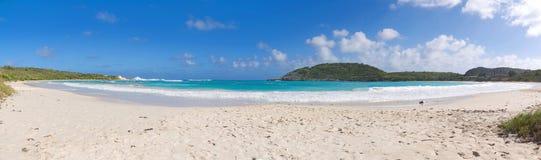 Побережье Half Moon Bay Атлантического океана - карибский тропический остров - Антигуа и Барбуда Стоковое Фото