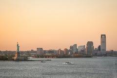 Побережье Jersey City на заходе солнца Стоковые Фотографии RF