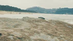 побережье 4 k атлантическое с утесами другого цвета, оранжевый песок и волны океана мочат на пасмурном дне, Cantabrian взморье акции видеоматериалы