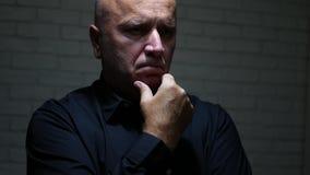 Побеспокоенный бизнесмен думает задумчивое делающ досадные жесты рукой сток-видео