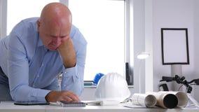 Побеспокоенный и потревоженный инженер для того чтобы высчитать проект и сделать нервные жесты рукой сток-видео
