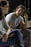Побеспокоенный человек давая его свидетельствование на группа поддержкиы Стоковые Изображения RF
