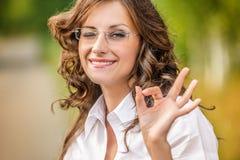 Победа знака выставок стекел молодой женщины портрета очаровательная стоковое изображение rf