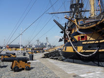 Победа HMS и современная гавань Портсмута фрегатов Стоковые Фотографии RF