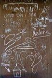 Побелите надписи и чертежи мелом на ржавой железной стене Стоковое Изображение RF
