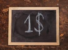Побелите рукописный знак мелом доллара на классн классном на деревянной предпосылке Стоковая Фотография