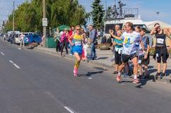 Победитель и человек который снимают его на видео в последнем участке конкуренции бега на всю жизнь во время деятельности при дня Стоковое фото RF