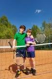 2 победителя тенниса стоя рядом с сетью Стоковые Фотографии RF