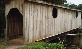 Побитый путь крытого моста Стоковое Изображение RF