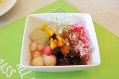 Побритый десерт льда с свежими фруктами Стоковые Изображения