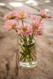 Побледнейте - розовые цветки на деревянном столе Стоковое Фото