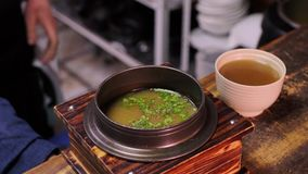 Повар добавляет специи и перец к супу сток-видео