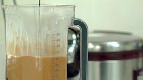 Повар льет горячий шоколад в смеситель с коктейлем сток-видео