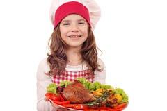 Повар маленькой девочки с зажаренным в духовке drumstick индюка для thanksg стоковые изображения rf