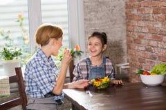 Повар мамы и дочери совместно дома стоковые изображения rf