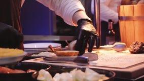 Повар подготавливает бургер в ресторане видеоматериал