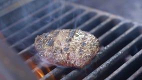 Повар подготавливает котлету бургера Сочное мясо сварено r Закройте вверх по запачканной концепции вождя акции видеоматериалы