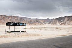 повезите дезертированный стоп на автобусе ladakh Стоковое Изображение RF