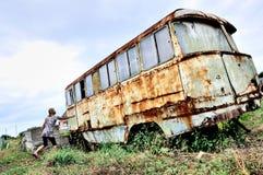 повезите окончательный стоп на автобусе девушки Стоковая Фотография RF