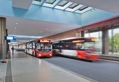 Повезите платформу на автобусе на новом построенном железнодорожном вокзале, Бреде, Нидерландах Стоковое Изображение RF