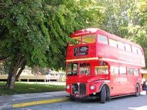 Повезите туриста на автобусе припаркованного в красивых улицах Сан Мартина de los Анд, Аргентины Стоковое Фото