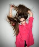 повелительница волос брюнет длиной играя детенышей Стоковые Изображения RF