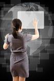 Повелительница дела нажимая кнопка на whiteboard. Стоковая Фотография RF