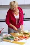 повелительница кухни делая детенышей салата стоковые изображения rf