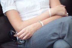 повелительница руки дела сидит солнечные очки Стоковая Фотография