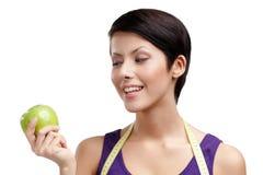 Повелительница с гибким правителем и зеленым яблоком стоковые фотографии rf