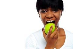 повелительницы еды яблока съемка близкой зеленой милая вверх Стоковые Фотографии RF