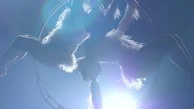 Поверните в воздухе 2 гимнастов Черная предпосылка дыма силуэт движение медленное конец вверх сток-видео