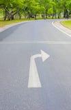Поверните клавишу правой стрелки и Curvy дорогу свежего зеленого цвета Стоковое Изображение