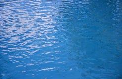 поверхностная вода сини предпосылки струят вода текстуры Поверхность бассейна Стоковое Изображение RF