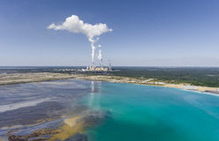 Поверхностные добыча угля и электростанция в Польше Разрушенная земля Стоковое фото RF