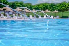 Поверхность бассейна с запачканным poolside на заднем плане стоковое фото