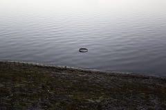 Поверхность воды и темная земля Стоковые Фотографии RF