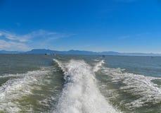 Поверхность воды предпосылки за быстроподвижной моторной лодкой во время лет стоковое изображение rf