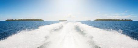 Поверхность воды предпосылки позади быстроподвижной моторной лодки в винтажном ретро стиле Стоковая Фотография