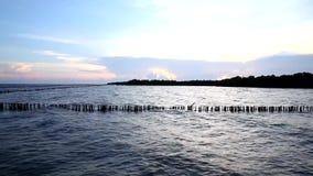 Поверхность волны моря с небом захода солнца, Twilight морем на челке Khun Thian акции видеоматериалы